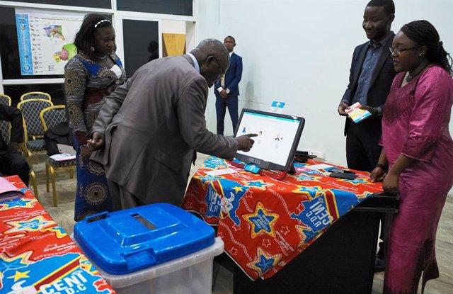 Máquina de votación en RDCongo