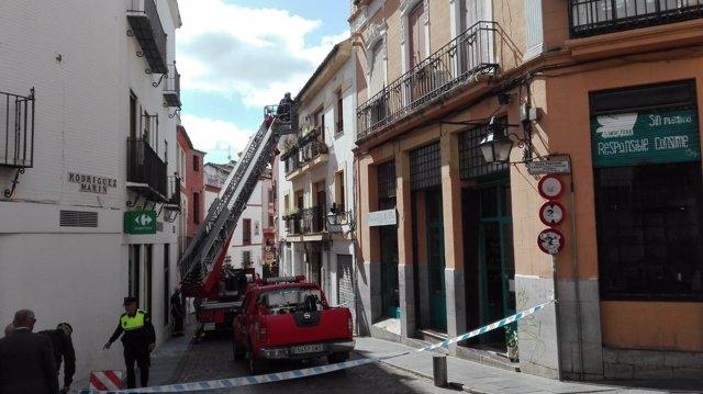 Actuación de los Bomberos tras la caída de una cornisa, saneamiento de fachada