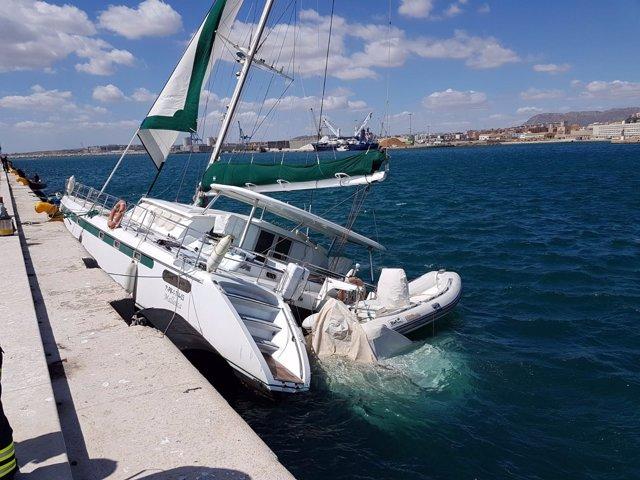 Catamarán hundido