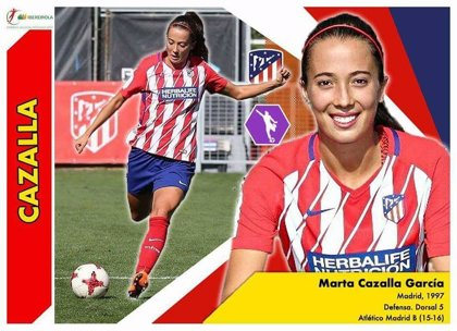 Sus hijas querían coleccionar cromos de la Liga Femenina española de Fútbol y esta madre se puso a fabricarlos