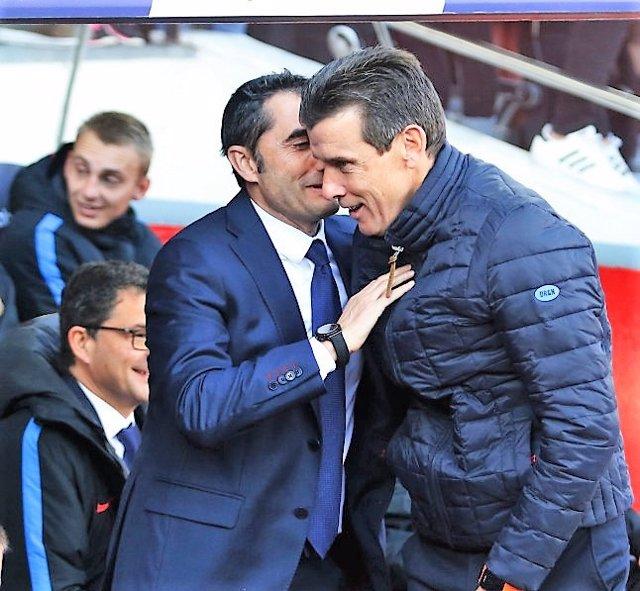 El entrenador del Celta de Vigo, Juan Carlos Unzué, saluda a Ernesto Valverde