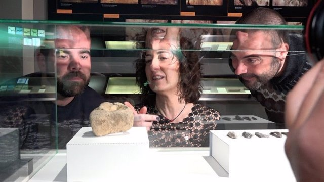 La diputada Lorea Bilbao, junto a investigadores del proyecto