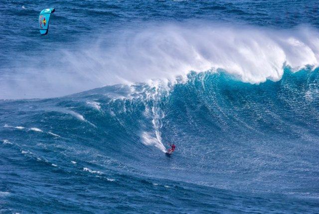 Gisela Pulido empieza en Hawai su reto de surfear las olas más grandes del mundo