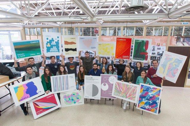 Alumnos de la Universidad de Navarra con los sellos