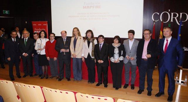 La Infanta Elena (centro) con el resto de autoridades y los galardonados