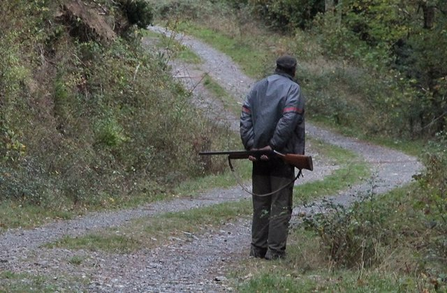 Cazador En Un Camino Público
