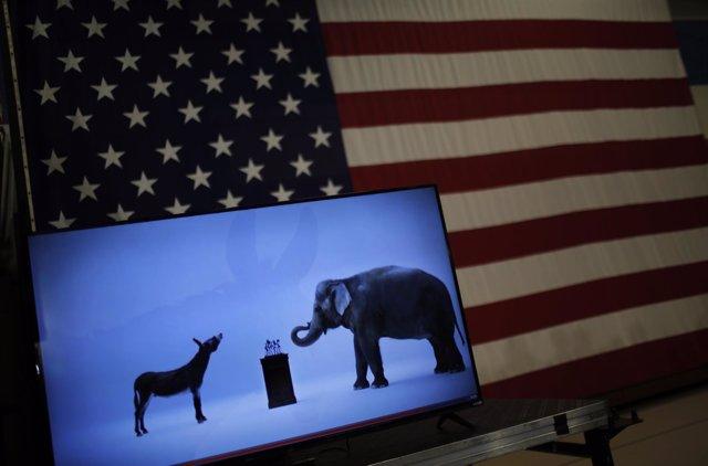 Mascotas demócrata (burro) y republicana (elefante) y bandera de Estados Unidos