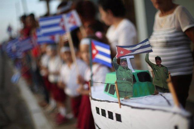 Maqueta del yate 'Granma' con las figuras de Fidel y Raúl Castro