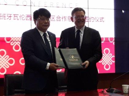 """El Consell firma un acuerdo para lograr la certificación de China que permita el """"aterrizaje masivo"""" de turistas"""