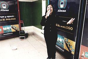Carmen, la venezolana que pone banda sonora al metro de Madrid