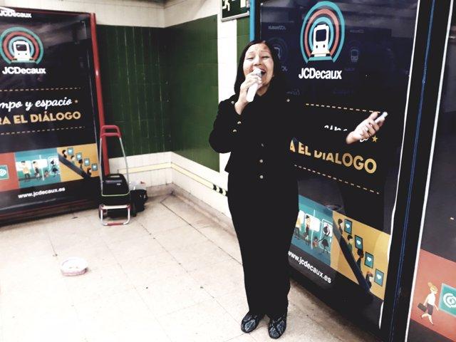 Carmen canta en el metro de Madrid