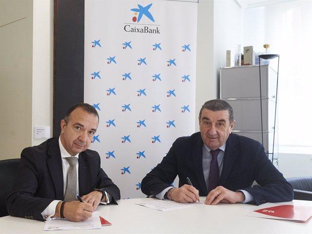 Firma del convenio Entra en Acción entre el Ayuntamiento y CaixaBank