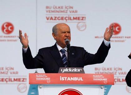 Un partido aliado de Erdogan reclama elecciones presidenciales anticipadas para agosto