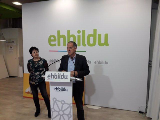 Adolfo Araiz y Asun Fernández de Garaialde, parlamentarios de EH Bildu.