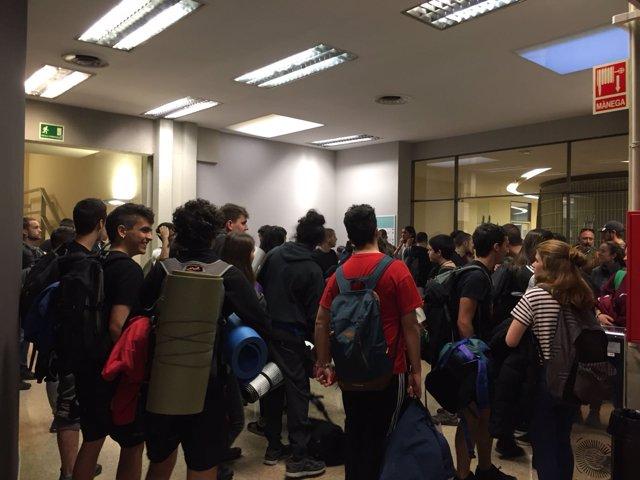 Los estudiantes en el Rectorado de la UAB