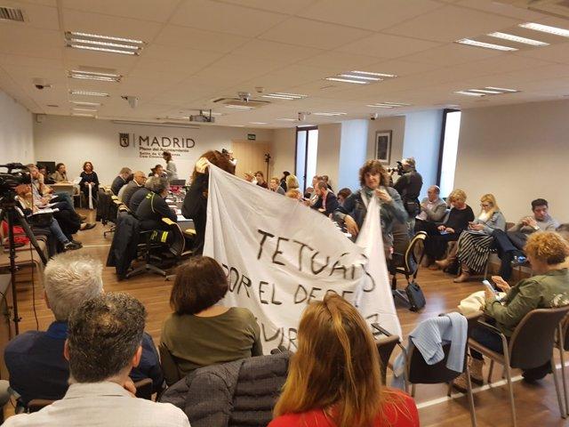 Vecinas de Tetuán despliegan una pancarta en la comisión municipal