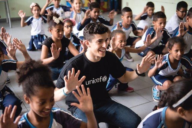 Marc Márquez con los niños de una escuela de Brasil