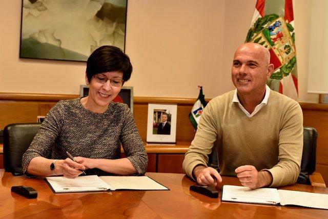 Firma de convenio entre consejera de Seguridad y el alcalde de Lekeitio