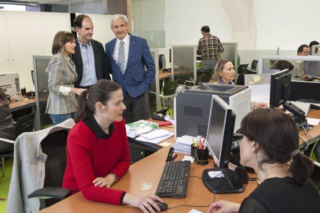 Aranburu y Esáin en la visita a la oficina de Hacienda