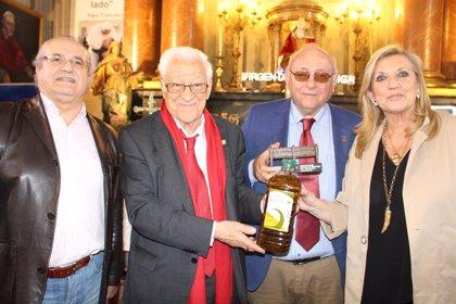 Carboneros (Jaén) entrega 300 litros de aceite al Padre Ángel a través de la iniciativa 'El aceite de la vida'