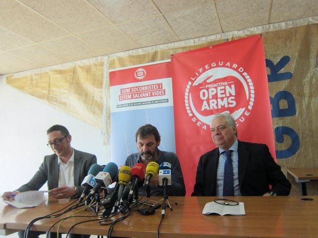 Els advocats de Proactiva Open Arms J. Rodrigo i I. Aguayo al costat d'O. Camps