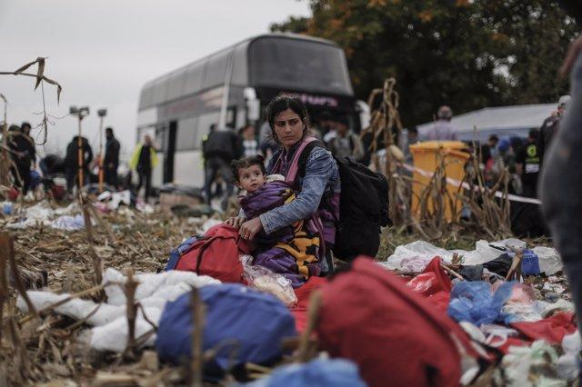 Una familia siria espera para cruzar la frontera entre Serbia y Croacia