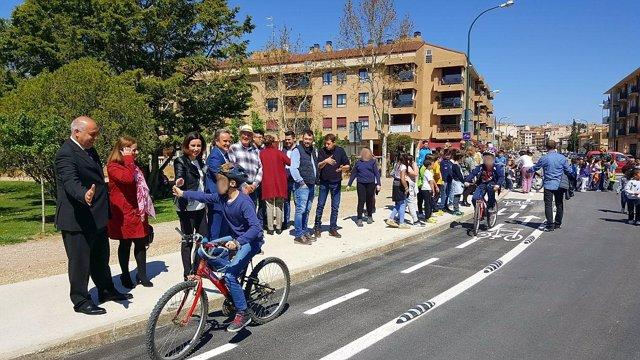 Los niños han estrenado el nuevo carril bici de acceso a La Llana, en Ejea