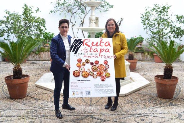 Carrillo (dcha.) y Muñoz presenta el cartel de la ruta de la tapa