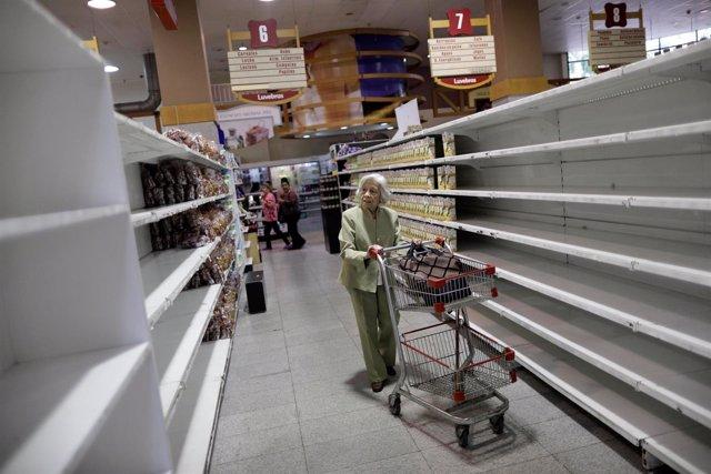 Un supermercado con las estanterías vacías en Venezuela