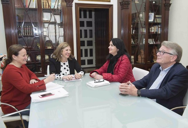 La presidenta de la Diputación con la alcaldesa de Benalup
