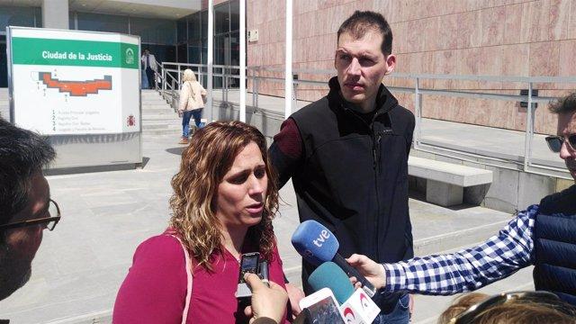 Padres de la niña de Pizarra a la salida de los juzgados