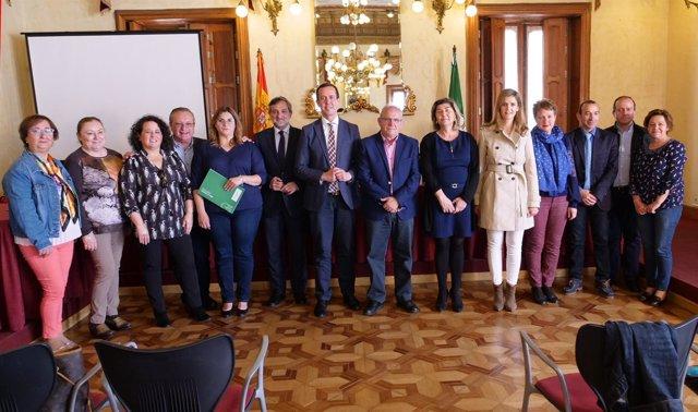 El diputado Ángel Escobar ha renovado el convenio de tratamiento familiar.