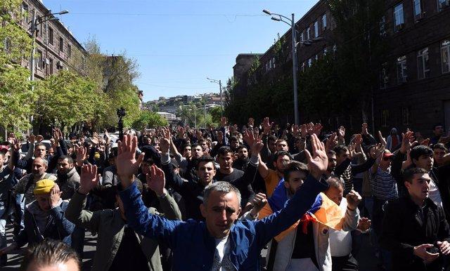 Cientos de personas se manifiestan contra el nombramiento de Sargsyan