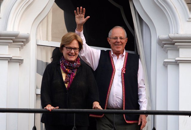 Peruvian presidential candidate Pedro Pablo Kuczynski (R) next to his wife Nancy