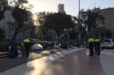 Comencen a desallotjar els acampats a la plaça de Catalunya de Barcelona (Europa Press)
