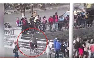 Graban cómo un curioso ciclista chileno se acerca para ver un accidente y cae al vacío desde un puente