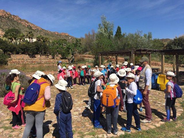 Escolares visitan el jardín botánico El Albardinal