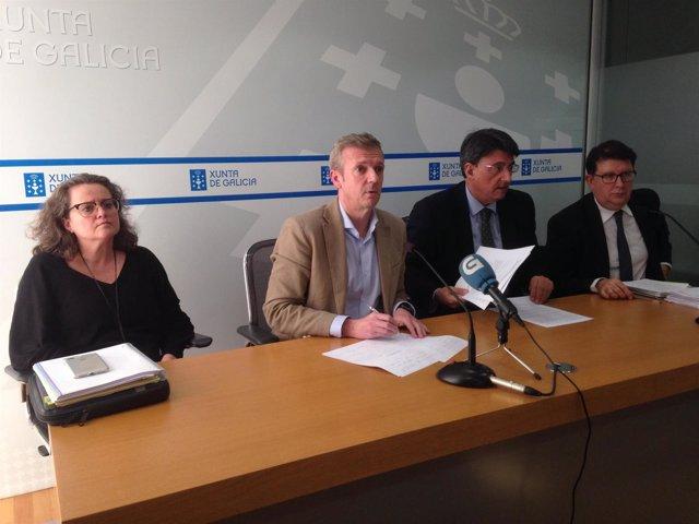 El conselleiro Rueda, en medio, junto al director de Xustiza
