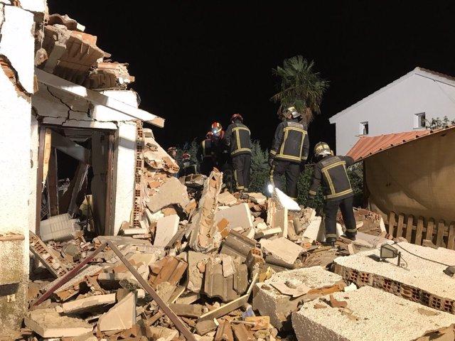 Los Bomberos rescatan a una pareja de ancianos entre los escombros de su casa