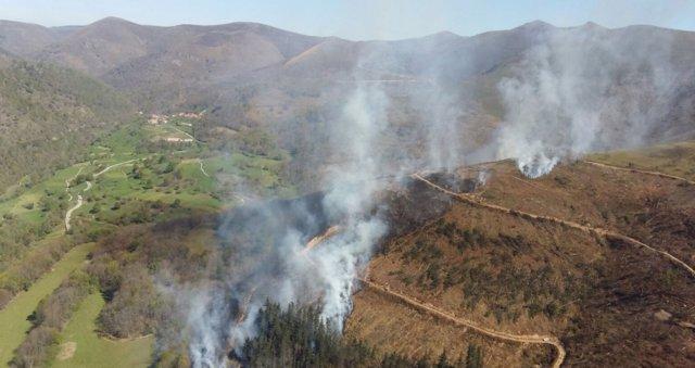 Imagen archivo incendio forestal en Cantabria
