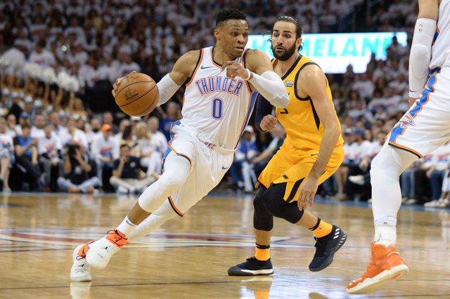 Russell Westbrook intenta penetrar ante Ricky Rubio en el Thunder-Jazz