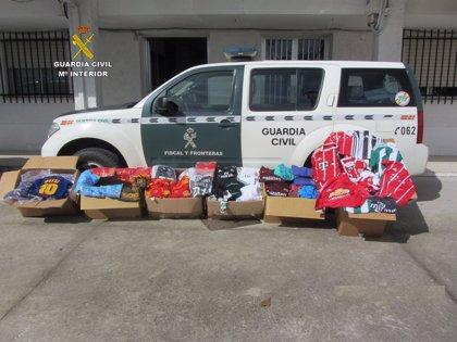 La Guardia Civil interviene prendas deportivas falsas por importe de más de 42.000 euros en Arroyo de la Luz