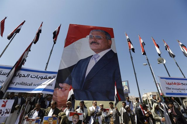 Pancarta con la imagen del ex presidente yemení Alí Abdulá Salé