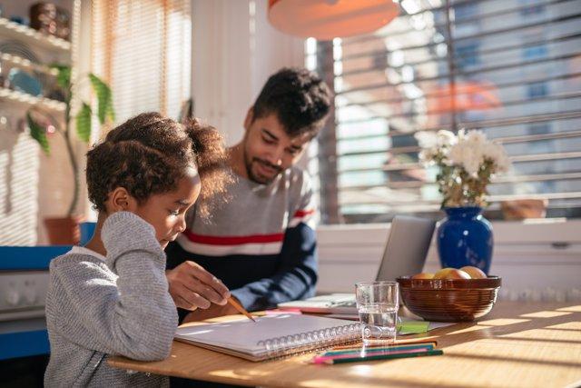 La familia tiene una gran influencia en la educación de los hijos.