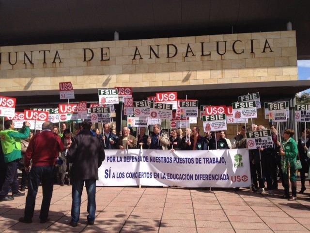Concentración de delegados en defensa del concierto de la educación diferenciada