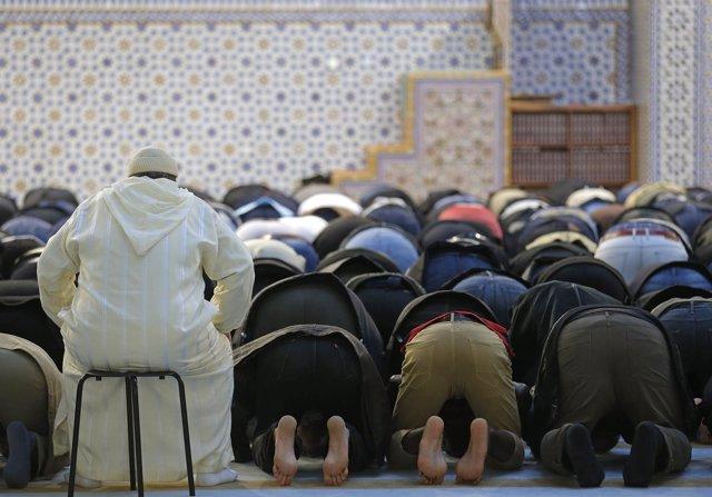 Un grupo de fieles en la Gran Mezquita de Estrasburgo