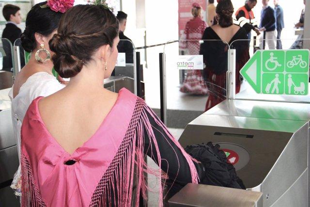 Usuarios del metro de Sevilla durante la Feria de Abril