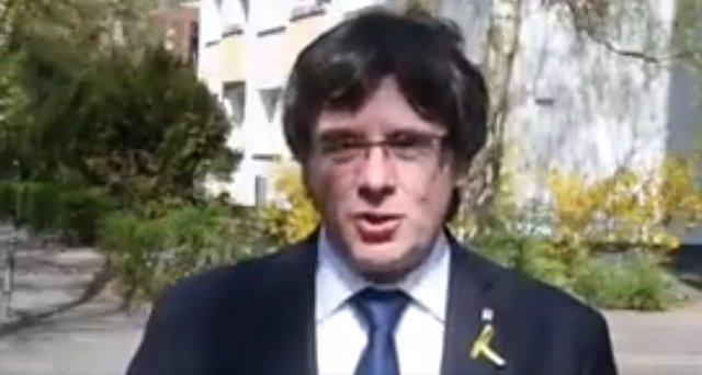Carles Puigdemont lee un poema por Sant Jordi, vía Twitter