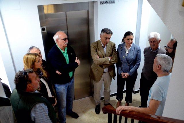 Visita a vecinos del programa de ascensores de la Junta