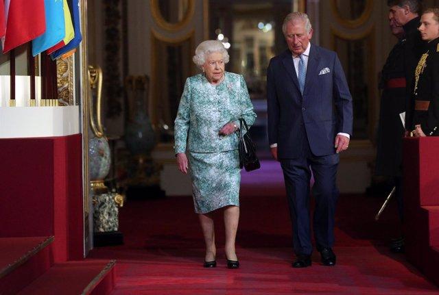 Isabel II y el príncipe Carlos